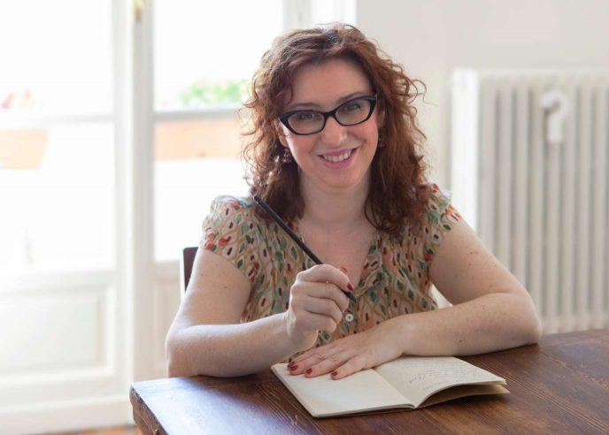 Manuela Vullo copywrter e PR nel suo studio a Torino